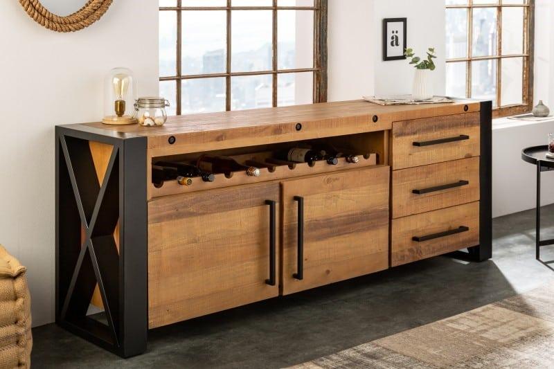 Drevený príborník a stojan na víno v jednom vynikne priam dokonale v kuchyni či jedálni. Zdroj: iKuchyne.sk