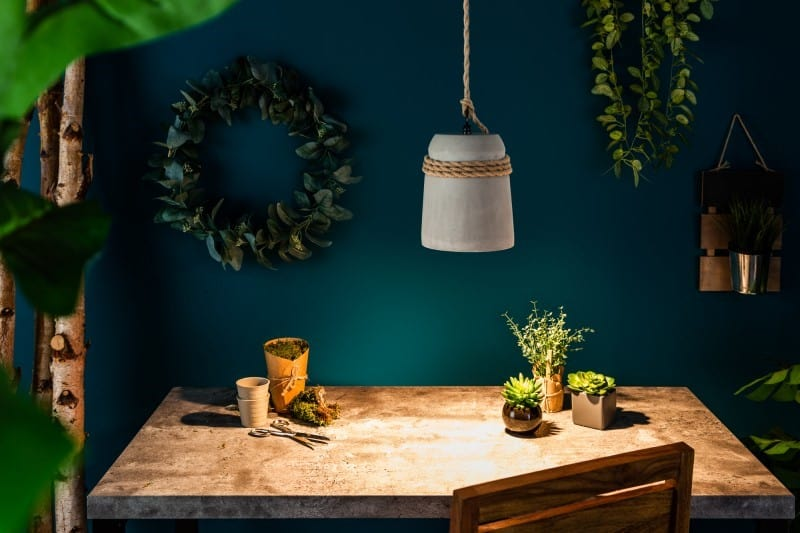 Rozkošná minimalistická lampa ako vystrihnutá z gréckej báje. Zdroj: iKuchyne.sk