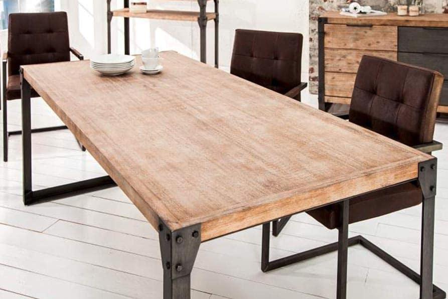 Veľký stôl s drevenou doskou sa stane dominantou jedálne. Zdroj: iKuchyne.sk
