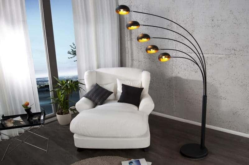 Rozvetvená stojanová lampa poskytuje dostatok svetla na čítanie. Zdroj: iKuchyne.sk