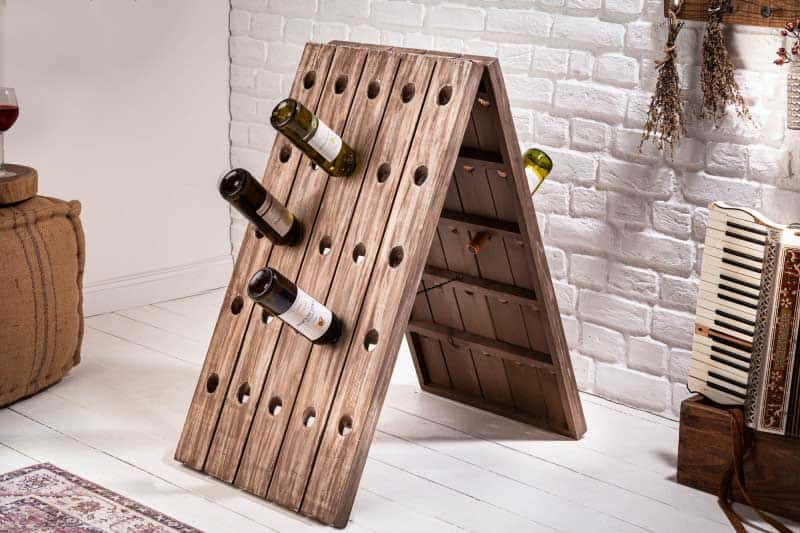 Menší, ale šikovný. Dizajnový regál na víno. Foto: iKuchyne.sk