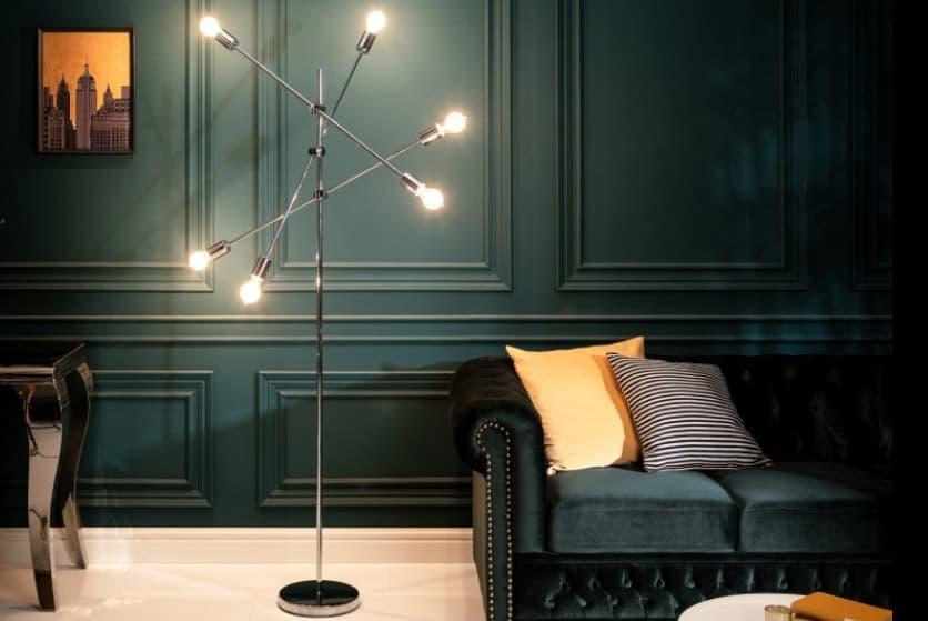 Kovová lampa pekne doplní čierny interiér dekorovaný žltou farbou. Zdroj: iKuchyne.sk