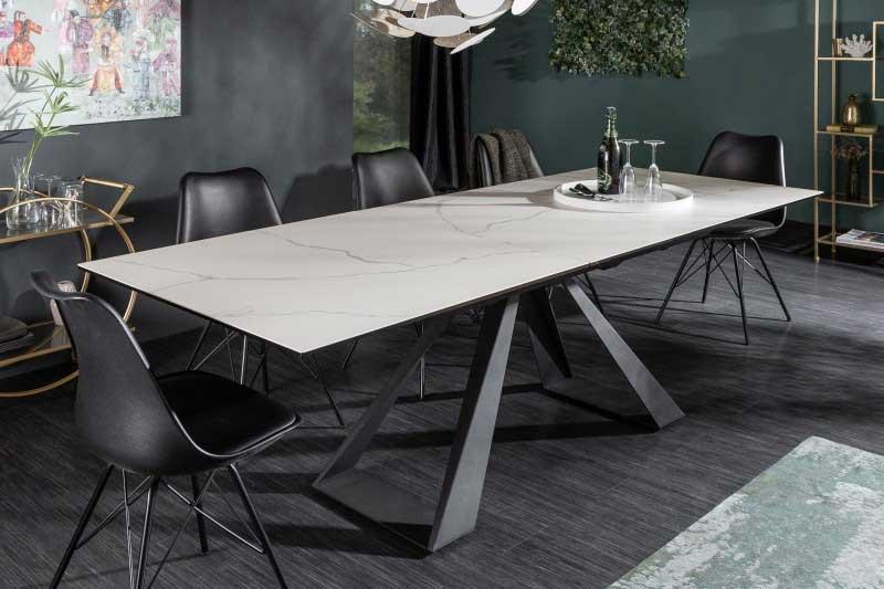 Aj jedálenský stôl Concord sa radí medzi sklenený nábytok vďaka povrchu stolovej dosky, kde je umiestnené bezpečnostné sklo. Zdroj: iKuchyne.sk