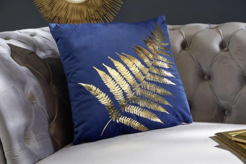 Vankúš vo farbe kráľovskej modrej so zlatým motívom. Zdroj: iKuchyne.sk
