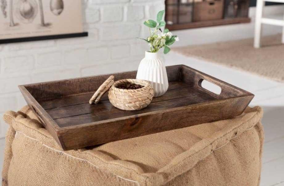 Radi si v obývacej izbe doprajete kávu a ľahké občerstvenie? Čo takto vyskúšať tento podnos z mangového dreva? Zdroj: iKuchyne.sk