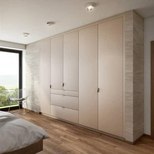 Luxusný interiér sa nezaobíde bez veľkej vstavanej skrine, ktorá zjednotí interiér a ponúkne dostatočný úložný priestor. Zdroj: iKuchyne.sk