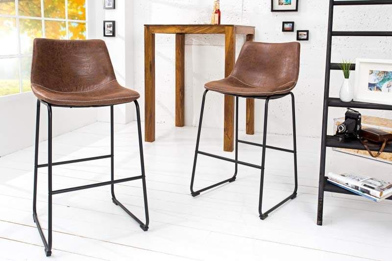 Vkusné barové stoličky s nízkym operadlom a čalúneným sedákom z hnedého mikrovlákna sa hodia do akéhokoľvek interiéru. Zdroj: iKuchyne.sk
