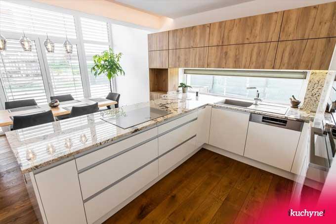Kuchyňa z dubu zlatého a v lesku si tiež prešla prvotným návrhom. Zdroj: iKuchyne.sk