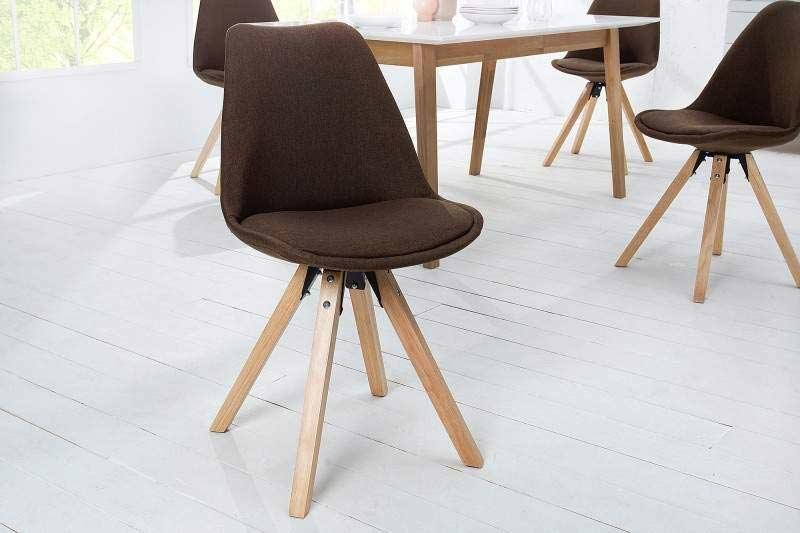 """Jedálenské stoličky s ,,Á-čkovými"""" nohami vymedzujú jasný priestor. Zdroj: iKuchyne.sk"""