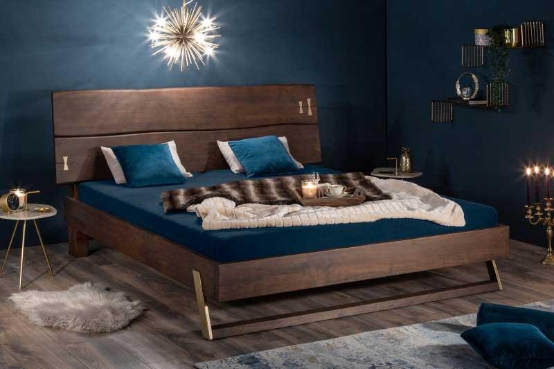 Manželská posteľ s prekrásnym čelom, ktoré sa priamo ponúka, aby ste naň zavesili odnímateľnú poličku. Zdroj: iKuchyne.sk