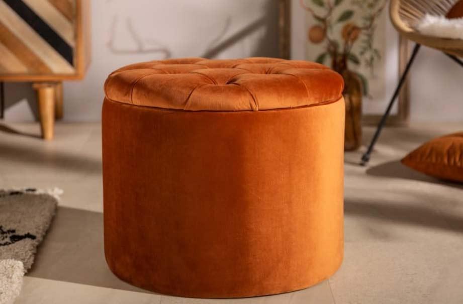 """Taburet ,,Modern Barock"""" v hrdzavej hnedej – farebné osvieženie vaša obývacia izba privíta s otvorenou náručou. Zdroj: iKuchyne.sk"""