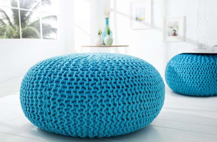 Šikovná štrikovaná podnožka – vaša obývacia izba zažiari vďaka farebnej rozmanitosti. Zdroj: iKuchyne.sk