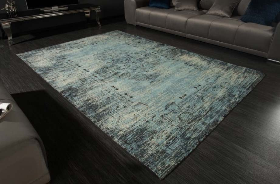 Modrý koberec vo vintage štýle skvelo doplní vašu sedačku. Zdroj: iKuchyne.sk