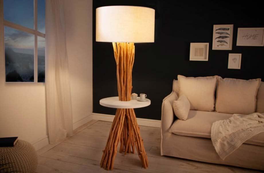 Ak má vaša obývacia izba tmavé kúty, táto stojanová lampa si s nimi hravo poradí. Zdroj: iKuchyne.sk