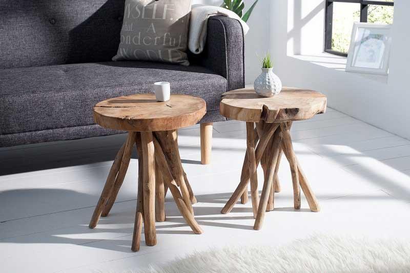 Dvojica abstraktných drevených stolíkov krásne doplní vašu obývaciu miestnosť. Zdroj: iKuchyne.sk