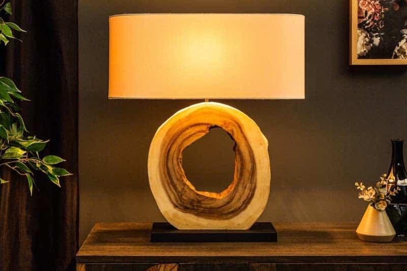 Lampička so žltým svetlom vytvorí v spálni príjemné prítmie. Zdroj: iKuchyne.sk