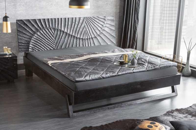 V elegantnej spálni pôsobí kov upokojujúcim dojmom. Zdroj: iKuchyne.sk