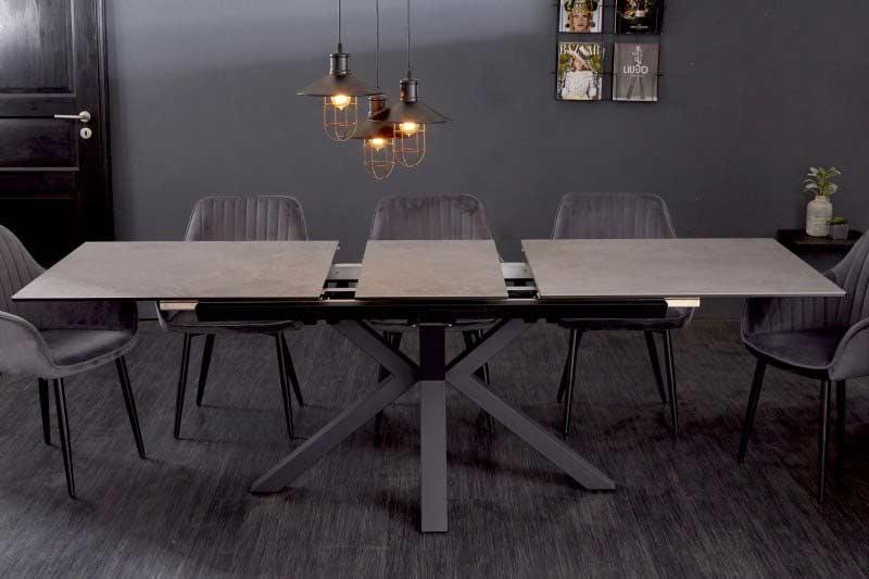 Rozširovacia doska uprostred tohto stola sa vysúva automaticky. Zdroj: iKuchyne.sk