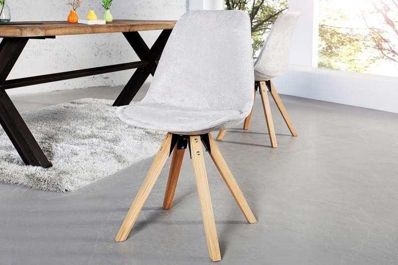 O bledosivú jedálenskú stoličku sa po tme nepotknete. Zdroj: iKuchyne.sk