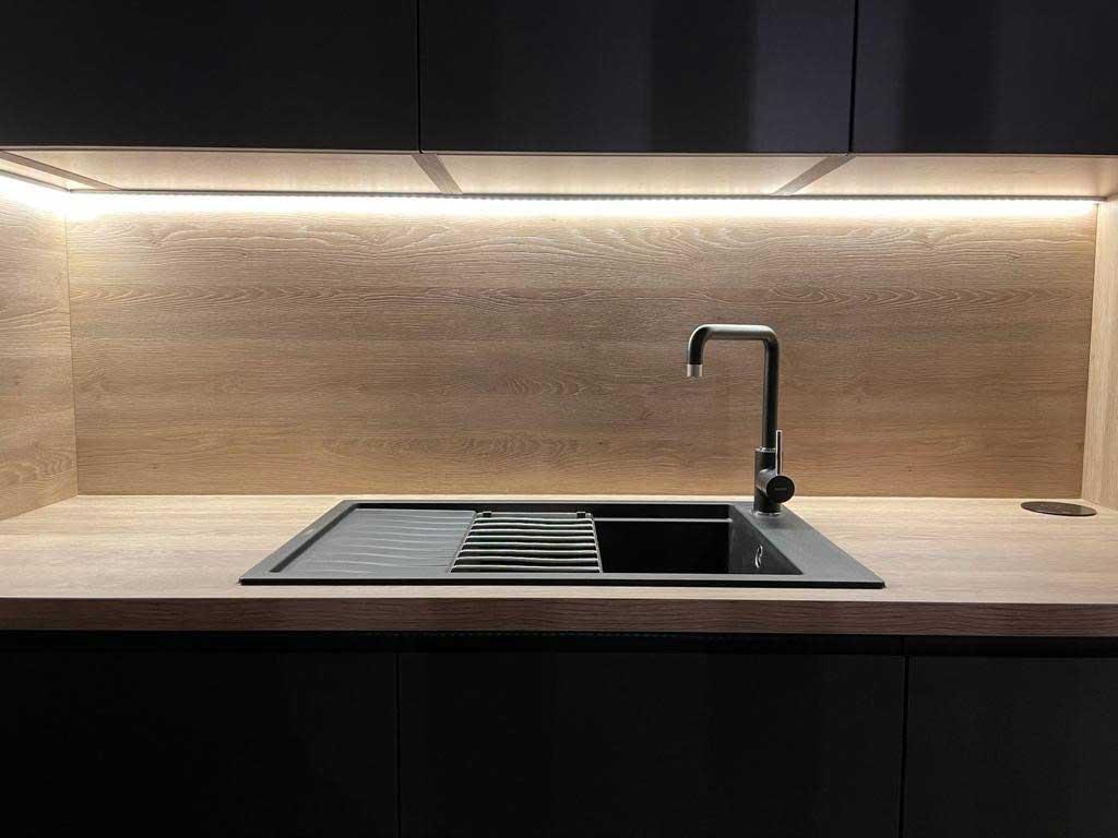 Svetlá kuchynská linka vytvára s tmavým nábytkom podmanivý kontrast. Zdroj: iKuchyne.sk