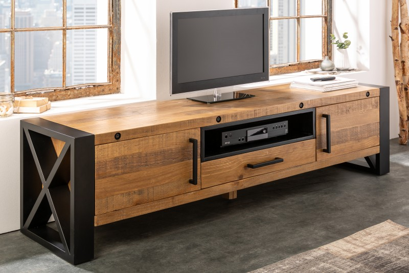 Krásny borovicový TV stolík sa hodí do akéhokoľvek interiéru. Zdroj: iKuchyne.sk