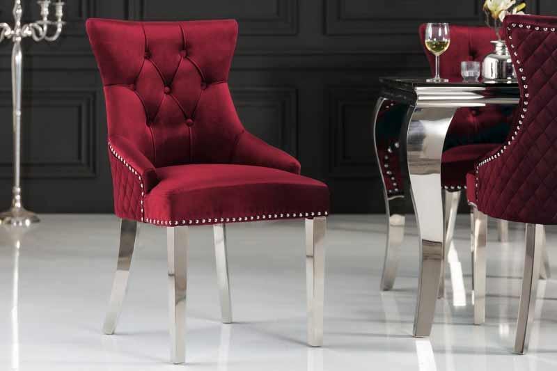 Teplá bordová farba a studený kov vytvorili zo stoličky luxusný kúsok. Zdroj: iKuchyne.sk