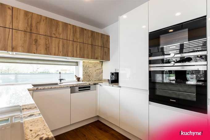 Okno ako súčasť kuchynskej linky zabezpečí rafinovaný spôsob vetrania. Zdroj: iKuchyne.sk