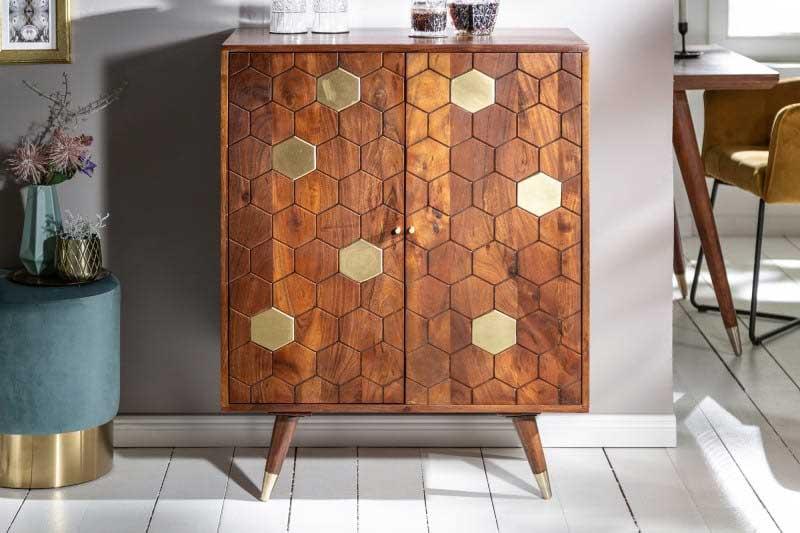 Táto štýlová barová komoda je ideálnou voľbou, ak túžite mať doma vlastný minibar. Zdroj: iKuchyne.sk