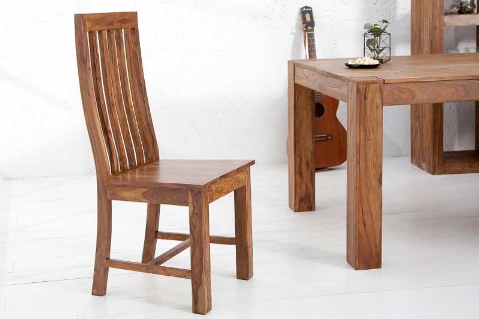 Jedáleň môžete obohatiť aj nábytkom zo sheeshamového dreva. Zdroj: iKuchyne.sk