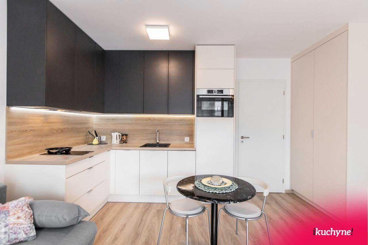 Drevené kuchyne vo farebnom prevedení do každej domácnosti bez ohľadu na rozmer priestoru. Zdroj: iKuchyne.sk
