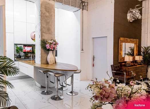 Aj vy to vidíte? Tento luxusný interiér je zariadený početnými bytovými doplnkami a je to dokonalé. Zdroj: iKuchyne.sk