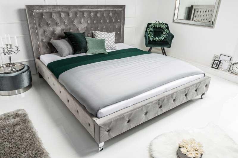Na zvýšené čelo postele možno zavesiť príručnú poličku. Zdroj: iKuchyne.sk