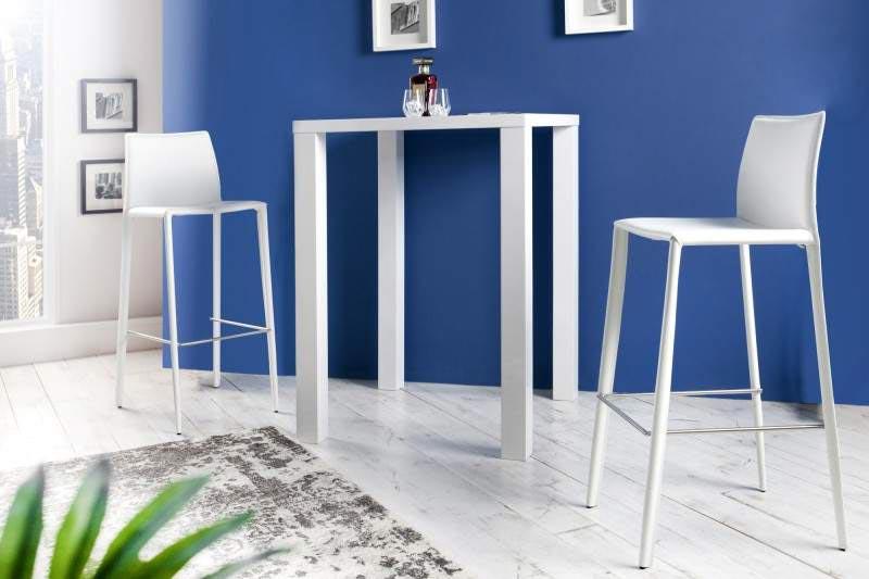 Čo poviete na tieto elegantné barové stoličky moderného typu s nízkym operadlom a čalúneným sedákom z bielej recyklovanej kože? Jednoducho nádhera! Zdroj: iKuchyne.sk