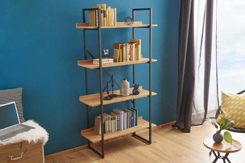 Zaobstarajte si kovový regál v kombinácii s drevom na knihy, sochy či kvety. Zdroj: iKuchyne.sk