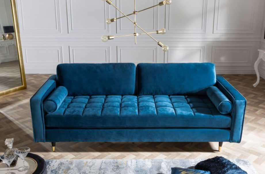 Moderná modrá sedacia súprava v elegantnom zamatovom vzhľade vaša obývacia izba ocení. A aj vaše deti 😊. Zdroj: iKuchyne.sk