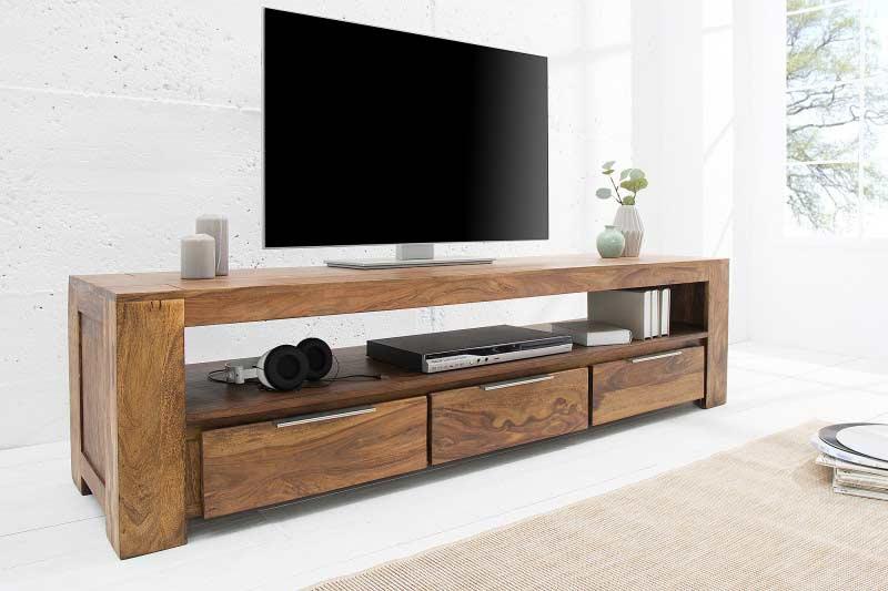 TV stolík z dreva sheesham, ktorý určite neprehliadnete. Zdroj: iKuchyne.sk