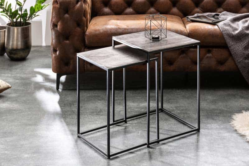 Štýlové strieborné rozkladacie stoly dodajú vašej obývačke šmrnc. Zdroj: iKuchyne.sk