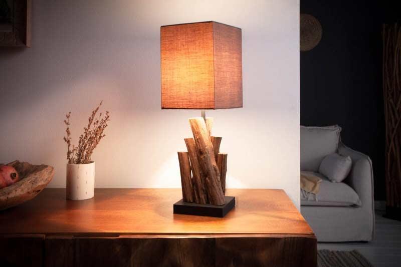 Zaujímavá stolová lampa krásne vynikne v strede nočného stolíka. Zdroj: iKuchyne.sk