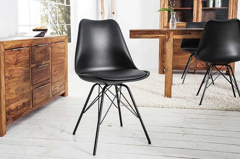 Čierne škandinávske jedálenské stoličky nie sú výnimkou. Zdroj: iKuchyne.sk