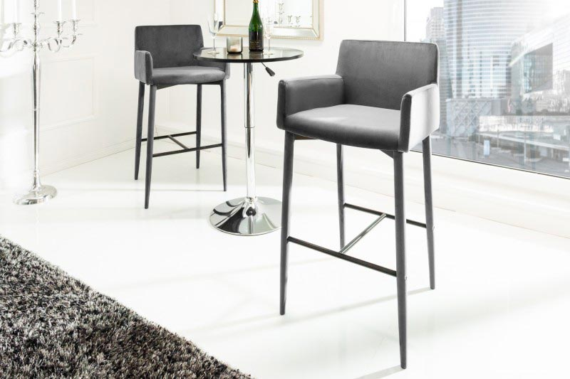 Sivé barové stoličky moderného typu s lakťovou opierkou, nízkym operadlom a pohodlným čalúneným sedákom z príjemného zamatu. Zdroj: iKuchyne.sk