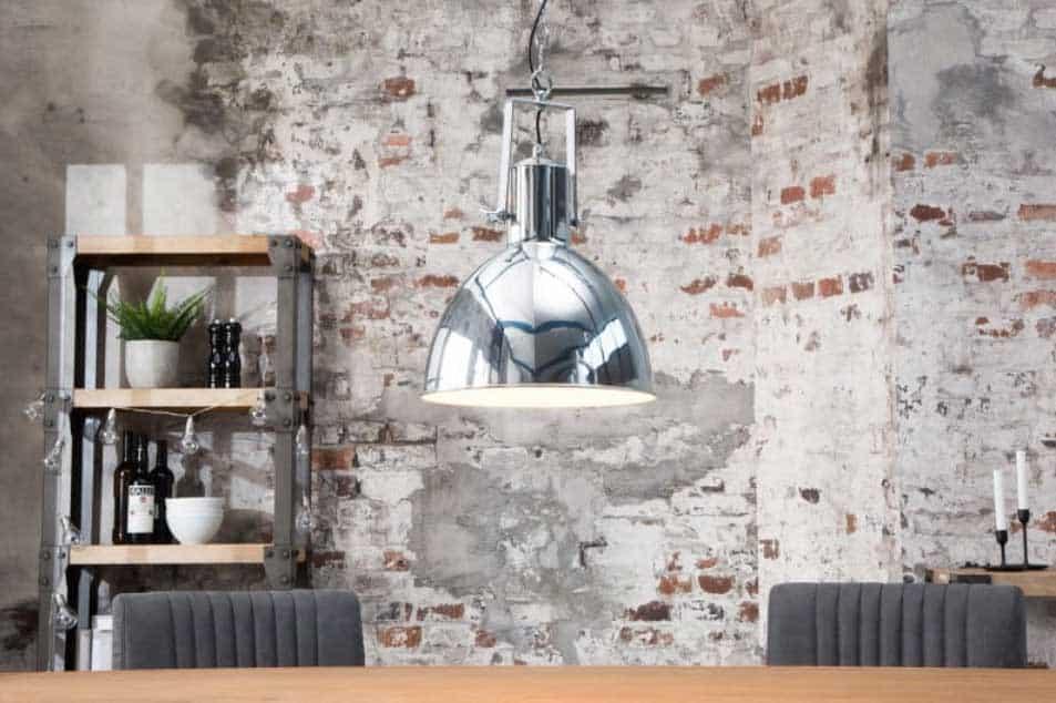 Chrómovo-biela závesná lampa Factory bude pútať pozornosť aj u vás doma. Zdroj: iKuchyne.sk