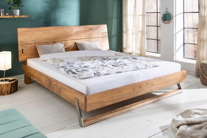 Aj manželská posteľ z masívu poskytuje pohodlie. Zdroj: iKuchyne.sk