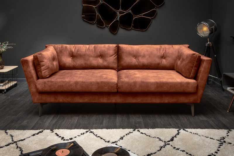 Kovový nábytok v kombinácii s touto hrdzavo hnedou pohovkou bude vyzerať úžasne. Zdroj: iKuchyne.sk