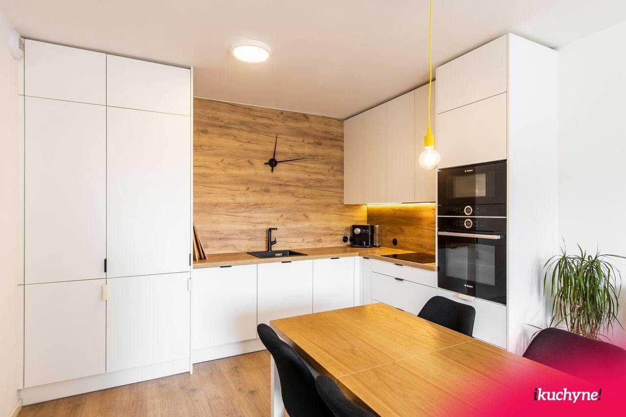 Drevené kuchyne v rôznych farebných prevedeniach viete dokonalo prispôsobiť interiéru vašej domácnosti. Zdroj: iKuchyne.sk