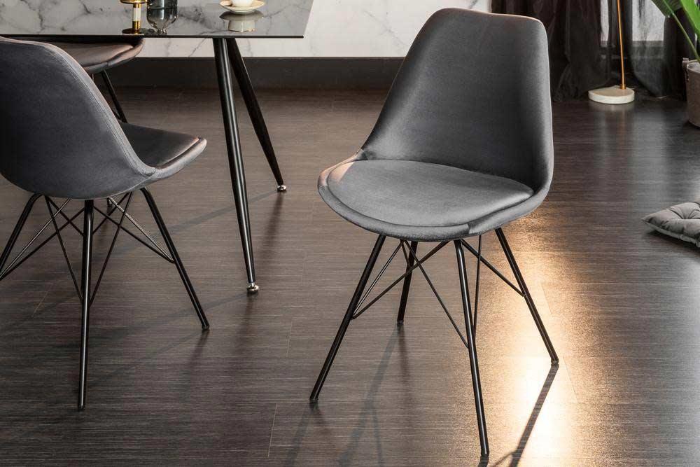 Jedálenské stoličky v tmavých odtieňoch sú elegantné. Zdroj: iKuchyne.sk