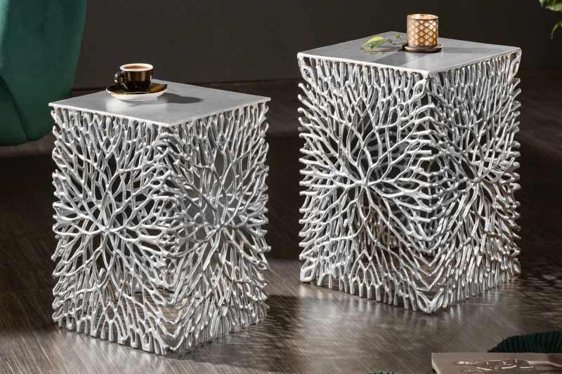 Potešte sa umeleckým prevedením konárov stromov na kovovom stolíku. Zdroj: iKuchyne.sk