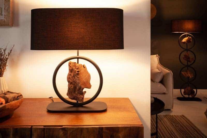 Stolová lampa v zemitých farbách potrebuje, aby ste izbu doplnili presvetľujúcimi doplnkami. Zdroj: iKuchyne.sk