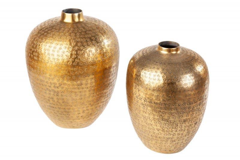 Zlaté vázy sa hodia do čiernej alebo sivej kuchyne ako dekorácia. Zdroj: iKuchyne.sk