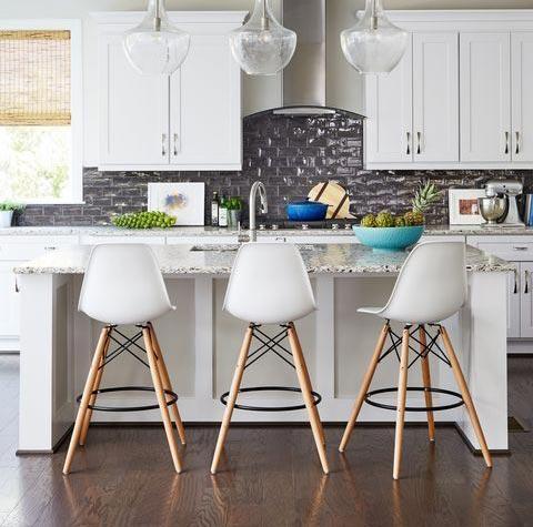 Barové stoličky oživia každý priestor, nech ich umiestníte kdekoľvek. Zdroj: Pinterest.com