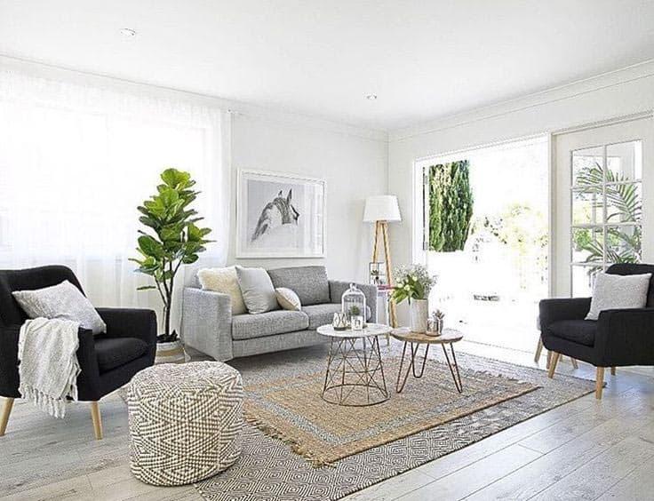 Škandinávska obývačka si žiada mať dostatok prirodzeného svetla. Zdroj: Pinterest.com